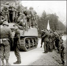 american soldiers enter berchtesgaden