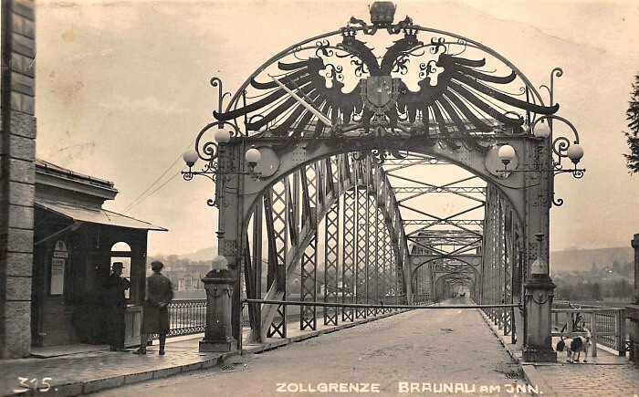 Border crossing at Braunau am Inn in 1910